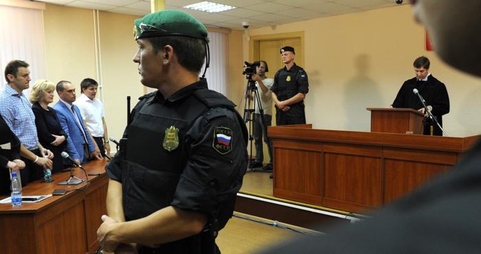 Алексей Навальный получил 5 лет колонии общего режима по делу «Кировлеса» 18 июля 2013 года по решению суда в городе Киров. Фото: VASILY MAXIMOV/AFP/Getty Images