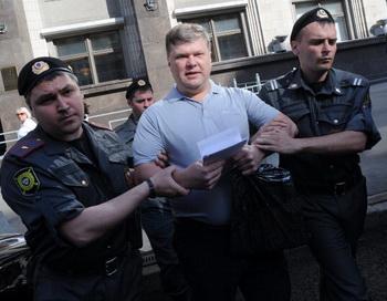 Полиция задерживает Сергея Митрохина 22 мая 2012 года. Фото: NATALIA KOLESNIKOVA/AFP/GettyImages