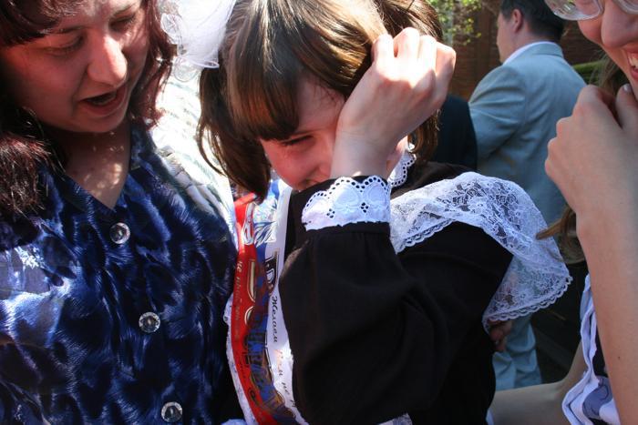 Последний звонок, горькие слёзы... Фото: Оксана Торбеева/Великая Эпоха (The Epoch Times)