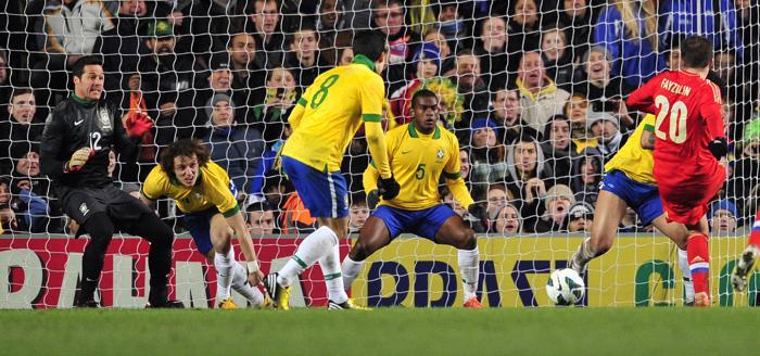 Товарищеский матч между Россией и Бразилией прошёл вничью. Фото: GLYN KIRK/AFP/Getty Images