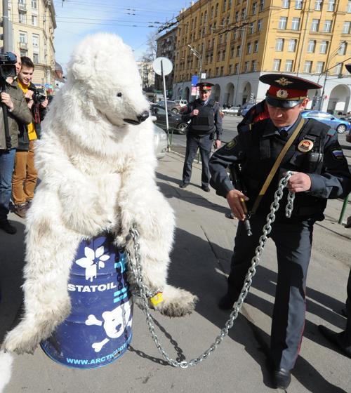 Три медведя акции Гринпис были задержаны в Москве. Фото: YURI KADOBNOV/AFP/Getty Images