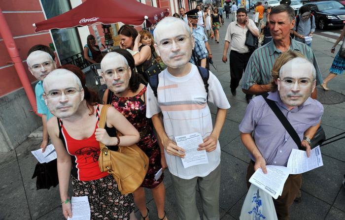 Россияне поздравили отбывающего заключение бизнесмена Михаила Ходорковского с 50-летием. Фото: OLGA MALTSEVA/AFP/Getty Images