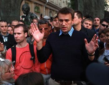 Алексей Навальный в кругу сторонников и журналистов 24 мая 2012 года. Фото: VASILY POPOV/AFP/GettyImages
