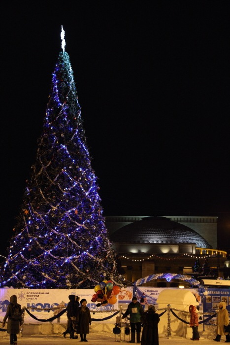 Открытие главной ёлки в Новосибирске. На фоне театра оперы и балета. Фото: Сергей Кузьмин/Великая Эпоха (The Epoch Times)