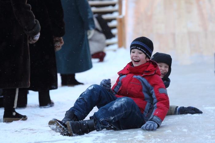 Открытие главной ёлки в Новосибирске. Радость на горке. Фото: Сергей Кузьмин/Великая Эпоха (The Epoch Times)