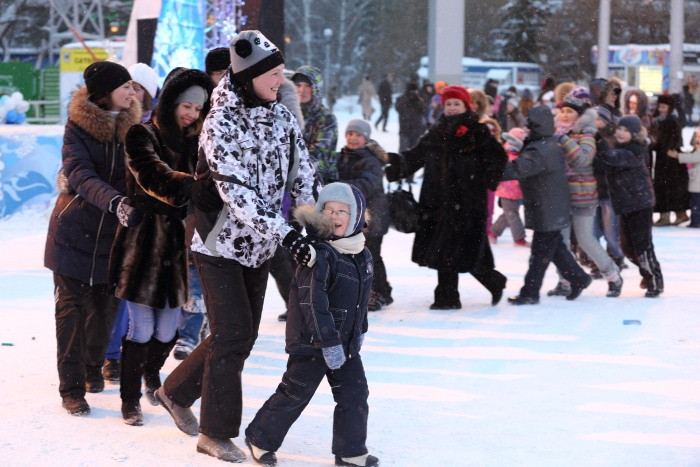 Открытие главной ёлки в Новосибирске. Весёлая змейка. Фото: Сергей Кузьмин/Великая Эпоха (The Epoch Times)