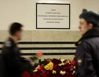 Надпись на временной мемориальной доске в московском метро: