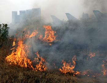 Дым от торфяных пожаров. Фото: ALEXEY SAZONOV/ARTYOM KOROTAYEV/