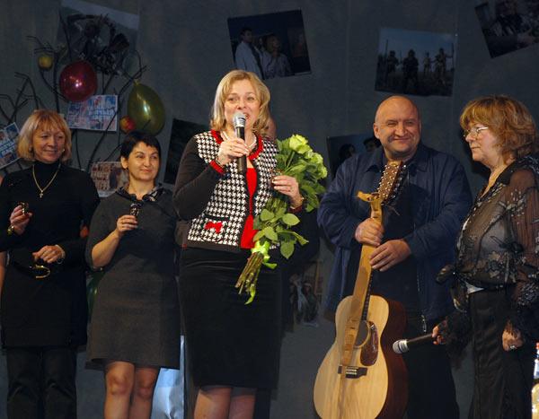 Представители клуба «Деловое Собрание» поздравляют Аллу Сурикову с юбилеем. Фото: Юлия Цигун/Великая Эпоха (The Epoch Times)
