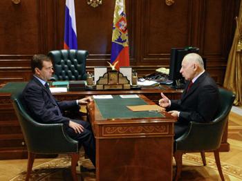 Президент РФ Дмитрий Медведев и президент Дагестана Муху Алиев, февраль 2009г. Фото: VLADIMIR RODIONOV/AFP/Getty Images