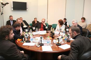 Участники дискуссии обсуждают итоги уходящего политического года. Фото: Анатолий Белов/Великая Эпоха