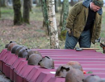 Церемония перезахоронения останков погибших советских военнослужащих. Фото РИА Новости