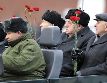 Ветераны на торжественном марше в честь парада 1941 года на Красной площади. Фото РИА Новости