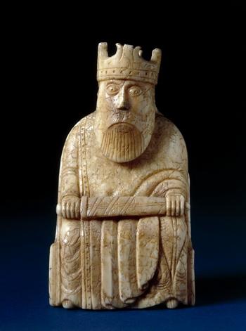 Миниатюрные, искусно вырезанные шахматные фигурки 12-го века с острова Льюис начинают партию в Клойстерс, филиале музея Метрополитен, на выставке, посвящённой искусству Средневековья. Фото предоставлено Британским музеем