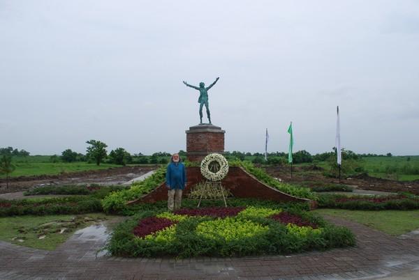 Памятник Хосе Рисалу и скульптор Потоцкий.  Фото предоставлено Ольгой Барэ