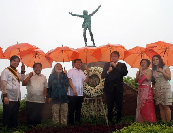Открытие памятника Хосе Рисалу в Маниле, Филиппины 25.06.2011. Посол РФ на Филиппинах Н. Кудашев, скульптор Г. Потоцкий, сенатор Мани Виллар.  Фото предоставлено Ольгой Барэ