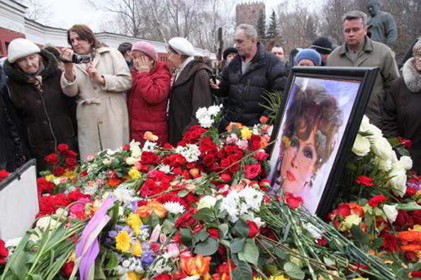 Похороны Людмилы Гурченко в Москве на Новодевичьем кладбище. Фото с сайта blogs.ipm.ua