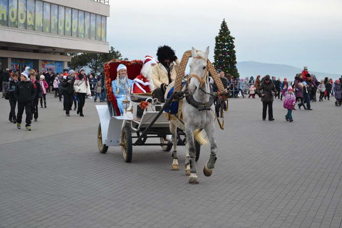 Город встречает Деда Мороза. Фото предоставлено пресс-службой города Новороссийска