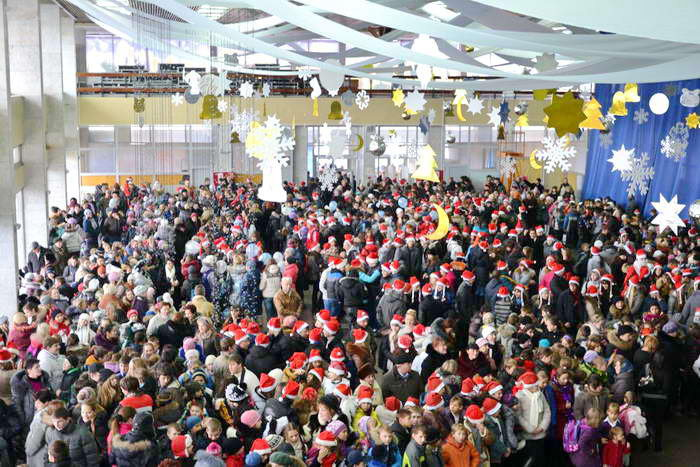 Дети и жители города в ожидании встречи с Дедом Морозом. Фото предоставлено пресс-службой города Новороссийска