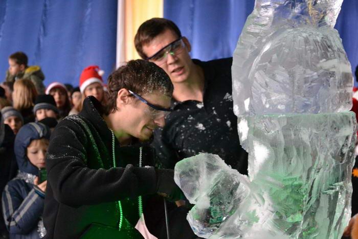 Изготовление ледяной скульптуры Деда Мороза. Фото предоставлено пресс-службой города Новороссийска