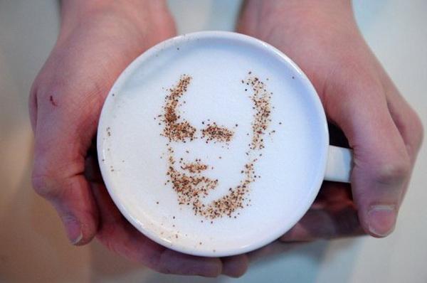 Портрет премьер-министра Владимира Путина в технике латте-арт на кофе. Фото: AFP PHOTO / KIRILL KUDRYAVTSEV