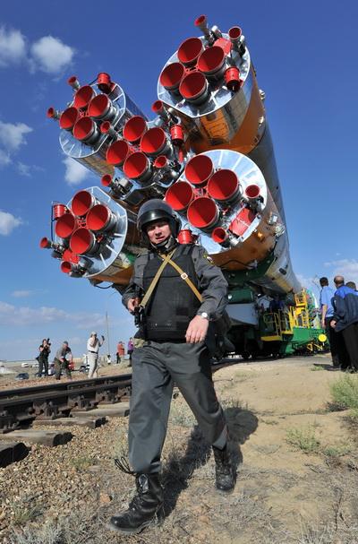 Фоторепортаж о выведении на стартовую площадку Байконур космического корабля «Союз ТМА-02М». Фото: AFP PHOTO / VYACHESLAV OSELEDKO