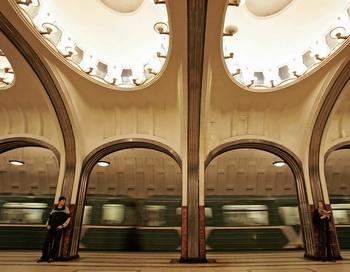 В московском метро, катаясь между вагонами, погиб юноша. Фото: MAXIM MARMUR/AFP/Getty Images