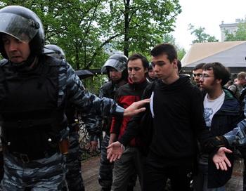 ОМОН, спецназ задерживают сторонников оппозиции во время протеста в центре Москвы. Фото: ANDREY SMIRNOV/AFP/GettyImages