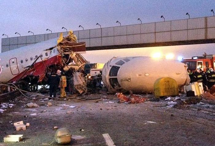 Фоторепортаж о крушении Ту-204 в аэропорту Внуково. Фото: ALEXANDER USOLTSEV/AFP/Getty Images