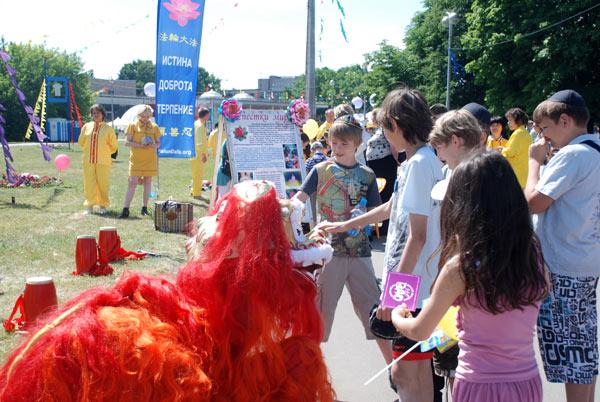 Последователи Фалунь Дафа на фестивале Команда Толерантность в Москве, 12 июня 2011. Фото: Юлия Цигун/Великая Эпоха (The Epoch Times)