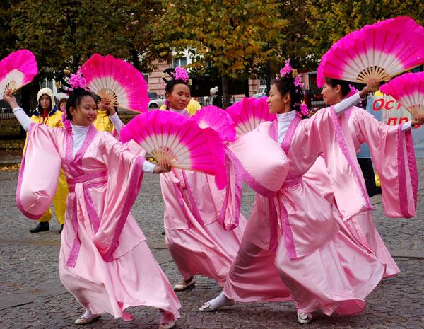 Красочные танцы в ярких нарядах древних китайских династий в исполнении последователями Фалуньгун. Фото: Татьяна Серебрякова/Великая Эпоха (The Epoch Times)