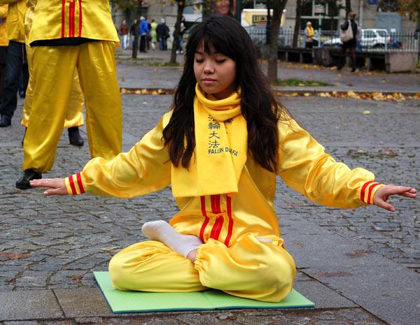 Последователи Фалуньгун выполняют упражнения. Фото: Татьяна Серебрякова/Великая Эпоха (The Epoch Times)