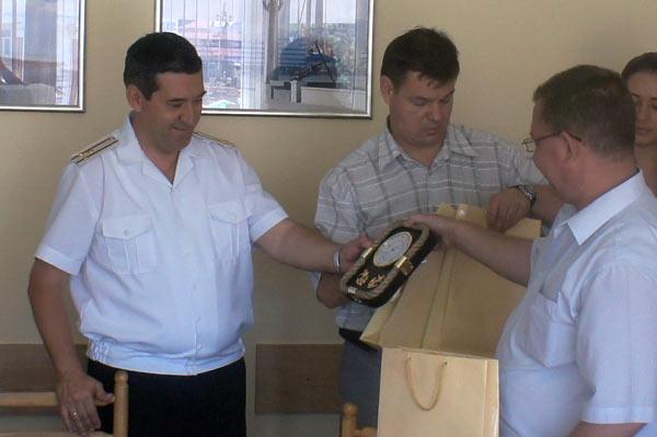 Стороны обменялись памятными подарками и сувенирами.. Фото: Андрей Михайловский/Великая Эпоха (The Epoch Times)