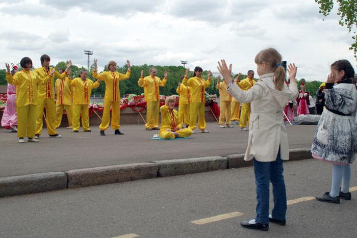 День рождения Фалунь Дафа отмечают последователи Фалуньгун в Москве. Фото: Юлия Цигун/Великая Эпоха (The Epoch Times)