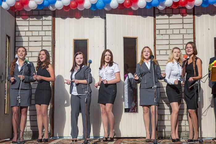 Музыкальное поздравление от 11-ти классниц. Фото: Сергей Лучезарный/Великая Эпоха (The Epoch Times)