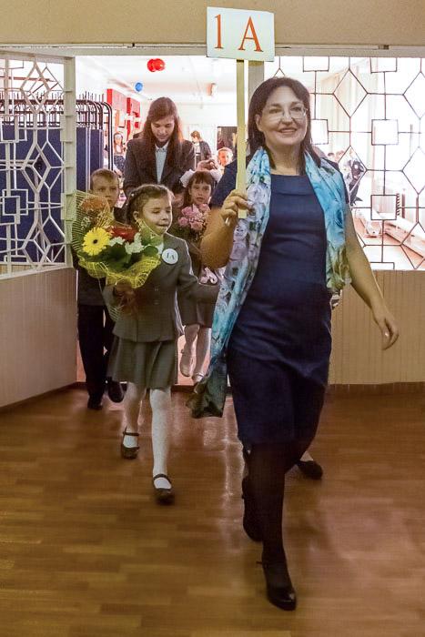 Учитель 1-го А класса Давыдова Наталья Валерьевна ведёт своих учеников в класс. Фото: Сергей Лучезарный/Великая Эпоха (The Epoch Times)