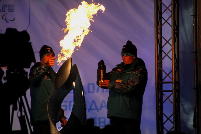 Передача огня в следующий город. Фото: Юлия КАРПОВА/Великая Эпоха (The Epoch Times)