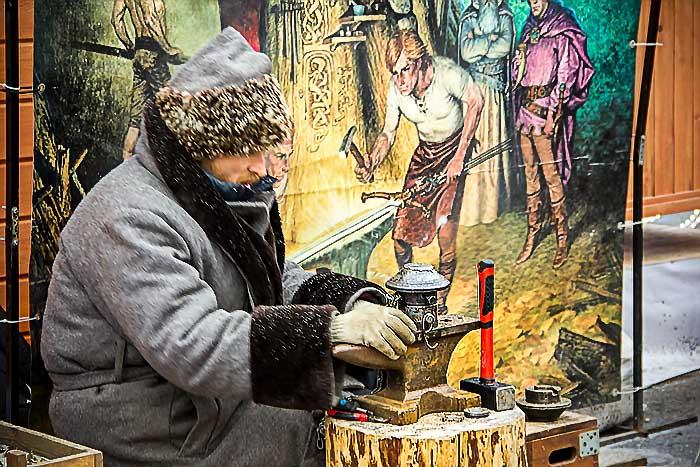 Чеканщик монет на Рождественской ярмарке в Санкт-Петербурге. Фото: Олег Луценко/Великая Эпоха (The Epoch Times)