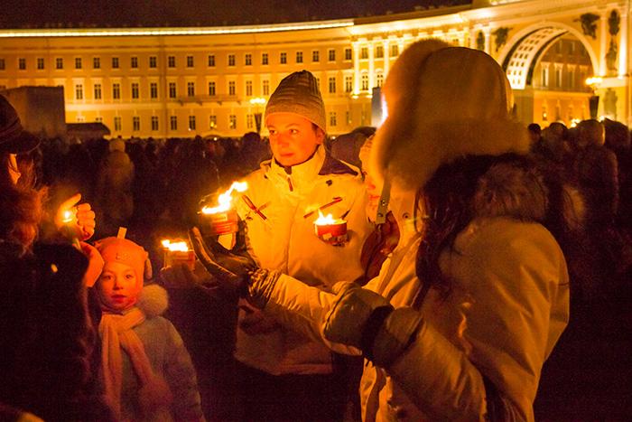 Горит свеча памяти. 27 января 2014 года, Санкт-Петербург, Дворцовая площадь. Фото: Олег Луценко/Великая Эпоха (The Epoch Times)