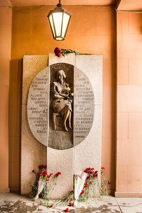 Барельеф Ольги Берггольц при входе в Дом радио. Фото: Олег Луценко/Великая Эпоха (The Epoch Times)