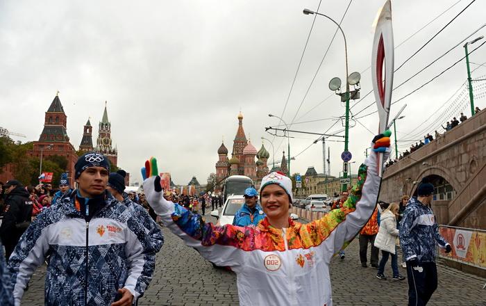 Трёхкратная чемпионка мира и двукратная олимпийская чемпионка по спортивной гимнастике Светлана Хоркина несёт Олимпийский факел. Москва, 7 октября 2013 года. Фото: KIRILL KUDRYAVTSEV/AFP/Getty Images