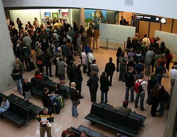 Мощные порывы ветра и снегопад задержали в аэропорту Гамбурга около 130 рейсов. Пассажиры через свои авиакомпании получают справки о статусе рейсов. Фото: Jason/flickr.com