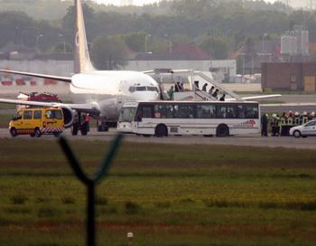 «Боинг» аварийно приземлился в аэропорту Красноярска. Фото: MARC VANBERGEN/AFP/Getty Images