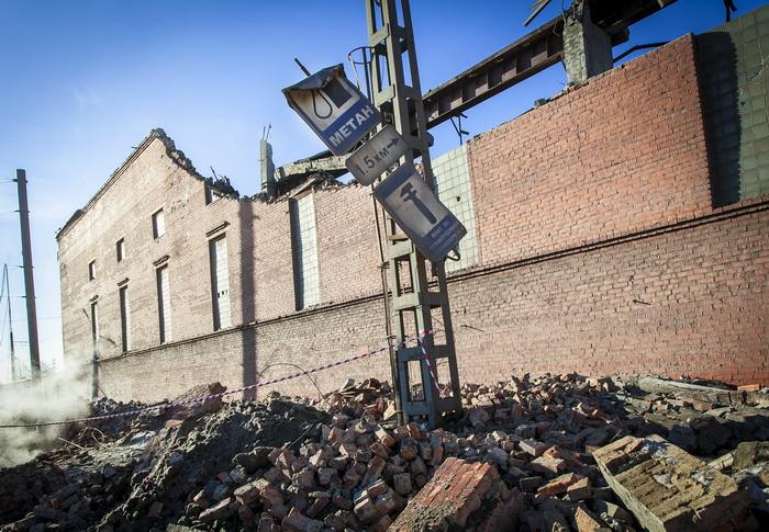 Стена склада концентратов Челябинского цинкового завода, который был повреждён в результате ударной волны от метеорита в Челябинске 15 февраля 2013 года. Фото: OLEG KARGOPOLOV/AFP/Getty Images