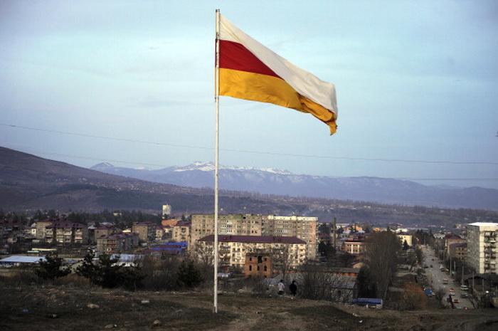 Флаг Южной Осетии. Россия отказалась принять Южную Осетию в Таможенный союз. Фото: MIKHAIL MORDASOV/AFP/Getty Images