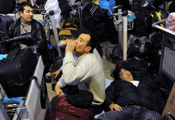 Опрос мигрантов в аэропорту Санкт-Петербурга начнётся в августе. Фото: NATALIA KOLESNIKOVA/AFP/Getty Images
