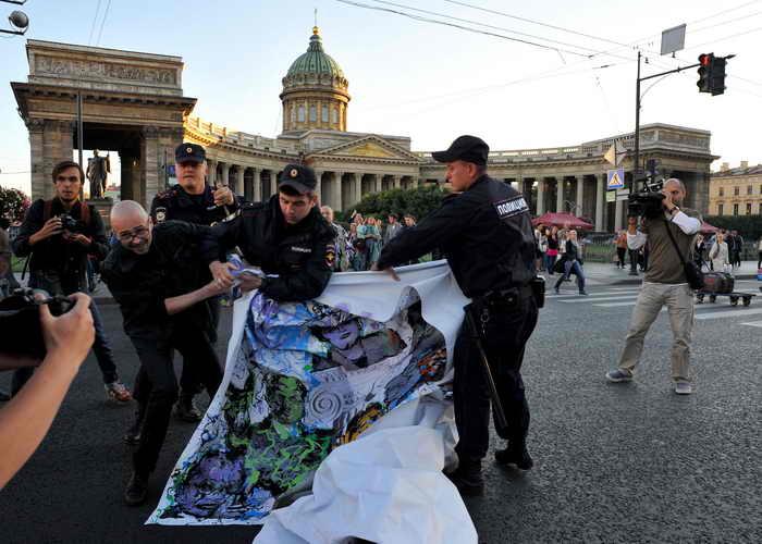 Коалиция «Демократический Петербург» провела одиночные пикеты. Фото: OLGA MALTSEVA/AFP/Getty Images