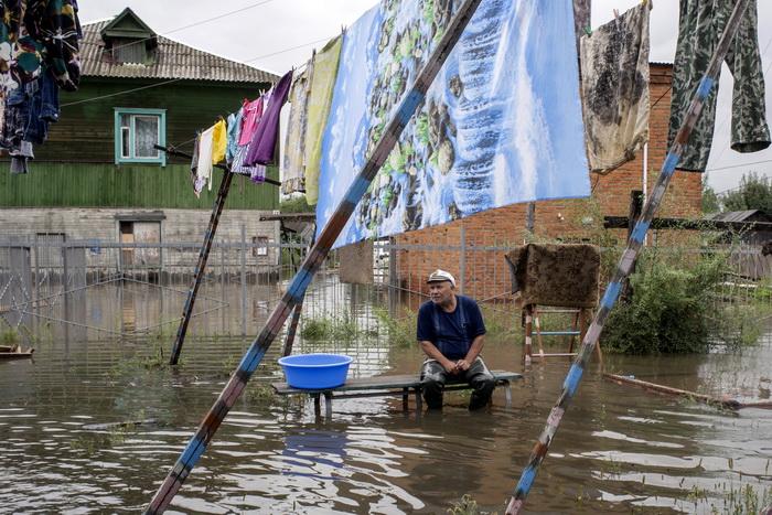 Около 100 жителей остаются на острове Большой Уссурийский под Хабаровском, отказываясь покидать свои дома, несмотря на затопление. Фото: IGOR CHURAKOV/AFP/Getty Images