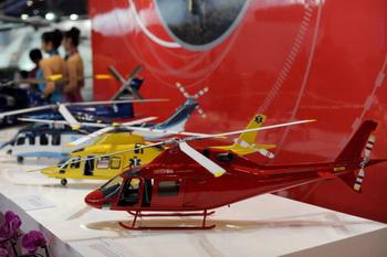 Модели вертолетов на выставке. Будет создан новый аппарат, обладающий наибольшей взлётной массой, до 10,6 т. Фото: STR/AFP/Getty Images
