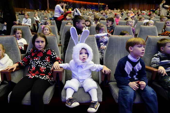 Количество детей-сирот в России стало сокращаться. Фото: NATALIA KOLESNIKOVA/AFP/Getty Images